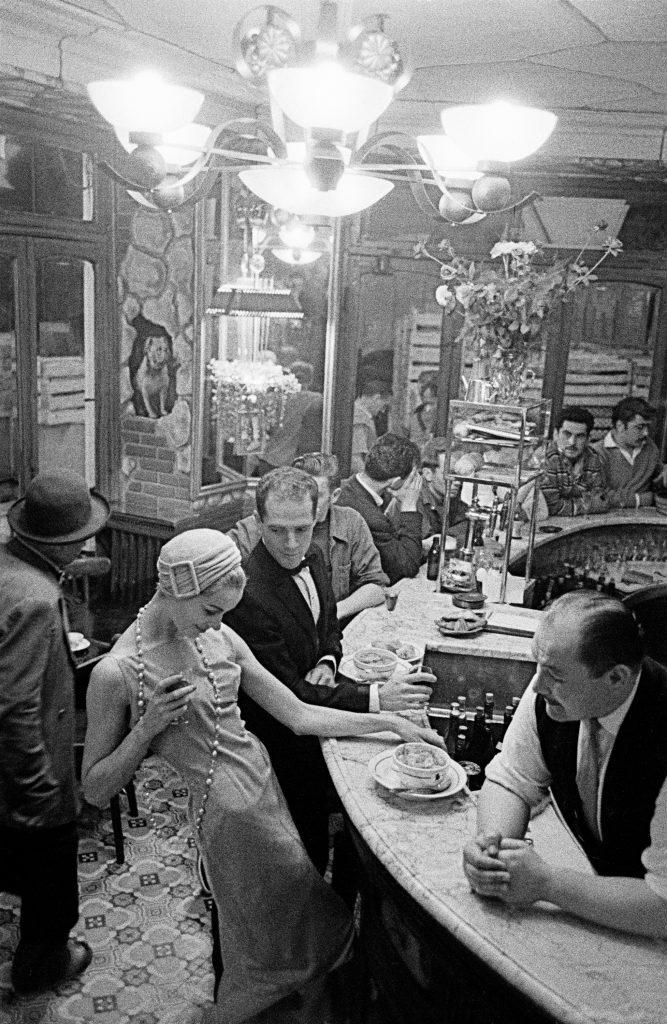 1957, Chien qui fume
