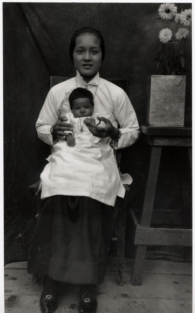 Mrs Lui Mon Ho Keen holding her first daughter Beatrice Keen. c.1910s.
